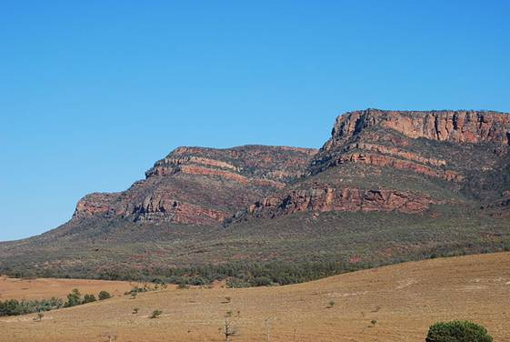 File:Flinders Ranges - near Rawnsley's Bluff.JPG